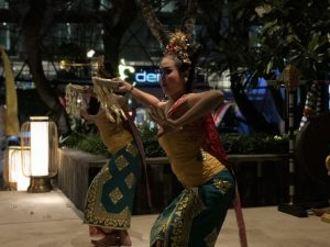 KUNYIT RESTAURANTの女性の舞踊