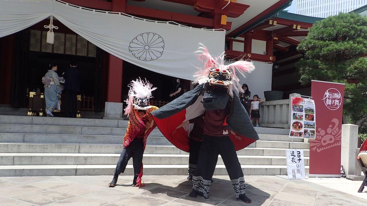 日枝神社の本殿前での獅子舞