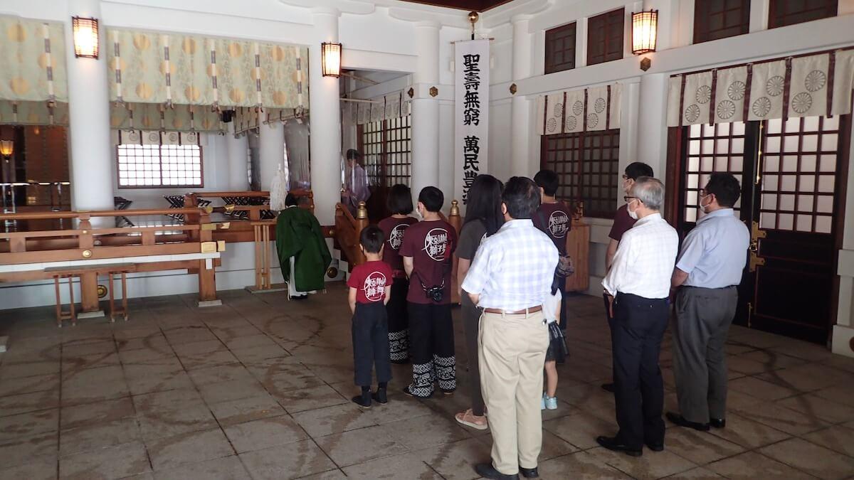 日枝神社でご祈祷を受けている様子